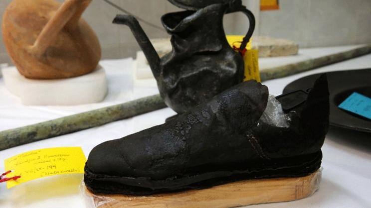 Δερμάτινο παπούτσι που βρέθηκε σε υποθαλάσσια ανασκαφή στο Κρητικό Πέλαγος. Το παπούτσι καθώς και πολλά άλλα αντικείμενα βρέθηκαν στο ναυάγιο του γαλλικού πολεμικού πλοίου La Therese που βυθίστηκε το 1669 ενώ προσπαθούσε να σπάσει την πολιορκία του Χάνδακα από τους Τούρκους στο Ηράκλειο της Κρήτης. Το ναυάγιο βρέθηκε το 1970 από τον Ζακ Ιβ Κουστώ