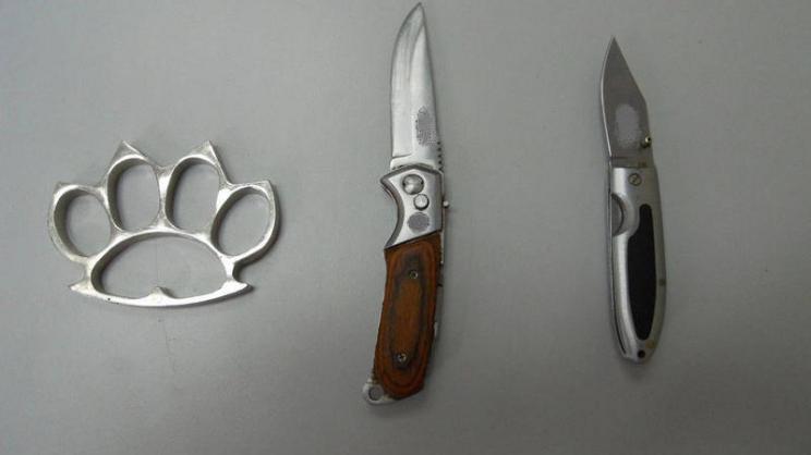 Συνελήφθησαν με μαχαίρια και σιδερογροθιά