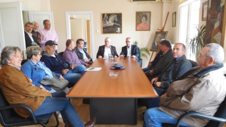 Από την επίσκεψη και τη σύσκεψη χθες στο Δημαρχείο Τυρνάβου τού αν. υπουργού Περιβάλλοντος κ. Γιάννη Τσιρώνη