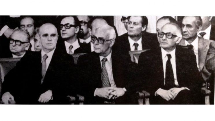 Κωνσταντίνος Καραμανλής, Πρωθυπουργός, Ιωάννης Ράλλης, Υπουργός Εξωτερικών, Γεώργιος Κοντογιώργης,Υπουργός για θέματα ΕΟΚ. Στη δεύτερη σειρά, ανάμεσα σε Καραμανλή και Ράλλη ο κ. Άγγελος Ζαχαρόπουλος