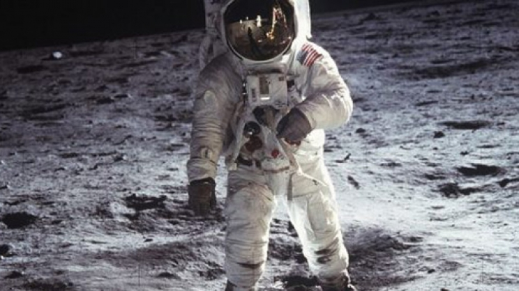 Στέλνει την πρώτη γυναίκα στη Σελήνη