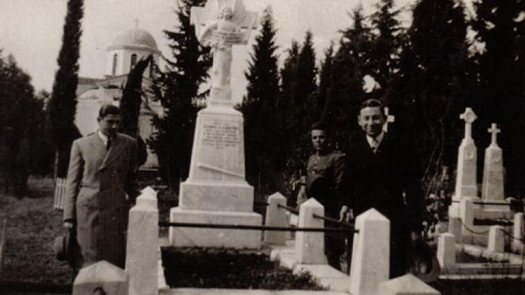 Ο τάφος του Ιωάννη Δαφέρμου στο Παλαιό Νεκροταφείο της Λάρισας. © Αρχείο Δημητρίου Μπάρμπα (Λάρισα). Φωτογράφος: Κ. Στεφανίδης, 22 Φεβρουαρίου 1931